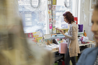 Young woman shopping at card store 11096033752| 写真素材・ストックフォト・画像・イラスト素材|アマナイメージズ