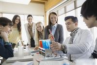 High school students and teacher conducting scientific experiment 11096033810| 写真素材・ストックフォト・画像・イラスト素材|アマナイメージズ