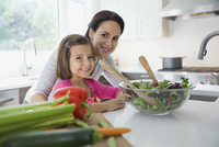 Portrait of happy mother and daughter preparing salad in kitchen 11096038173| 写真素材・ストックフォト・画像・イラスト素材|アマナイメージズ