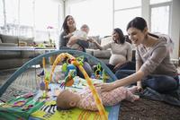 Mothers and babies in living room 11096039014| 写真素材・ストックフォト・画像・イラスト素材|アマナイメージズ