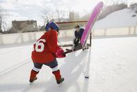 Children playing ice hockey 11096039091| 写真素材・ストックフォト・画像・イラスト素材|アマナイメージズ