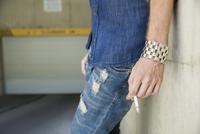 Close up young man smoking cigarette 11096042525| 写真素材・ストックフォト・画像・イラスト素材|アマナイメージズ