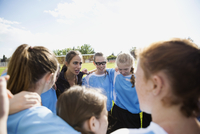 Middle school girl soccer team and coach huddling on field 11096043545| 写真素材・ストックフォト・画像・イラスト素材|アマナイメージズ