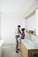 Daughter helping father with tie in morning bathroom 11096044071  写真素材・ストックフォト・画像・イラスト素材 アマナイメージズ