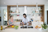 Pregnant couple cooking preparing vegetables in kitchen 11096044117| 写真素材・ストックフォト・画像・イラスト素材|アマナイメージズ