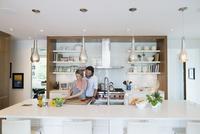 Pregnant couple cooking preparing vegetables in kitchen 11096044118  写真素材・ストックフォト・画像・イラスト素材 アマナイメージズ