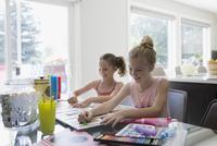 Girls coloring at dining table 11096044353| 写真素材・ストックフォト・画像・イラスト素材|アマナイメージズ