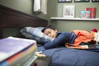 Tired boy sleeping in bed 11096044443| 写真素材・ストックフォト・画像・イラスト素材|アマナイメージズ