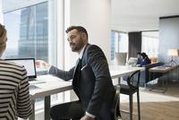 Business people working at laptop 11096045346| 写真素材・ストックフォト・画像・イラスト素材|アマナイメージズ