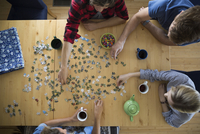 Overhead view couples assembling jigsaw puzzle at dining table 11096045464| 写真素材・ストックフォト・画像・イラスト素材|アマナイメージズ