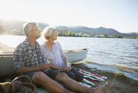 Retired couple drinking white wine on lake beach 11096045701| 写真素材・ストックフォト・画像・イラスト素材|アマナイメージズ
