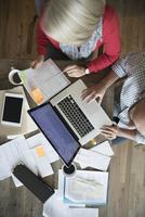 Overhead view senior couple with laptop paying bills online 11096047275| 写真素材・ストックフォト・画像・イラスト素材|アマナイメージズ