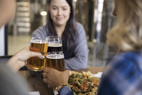 Female friends toasting beers at brewery restaurant table 11096047654| 写真素材・ストックフォト・画像・イラスト素材|アマナイメージズ