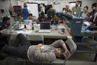 Exhausted hacker resting working hackathon in workshop 11096047815  写真素材・ストックフォト・画像・イラスト素材 アマナイメージズ