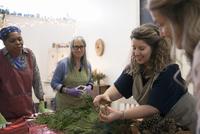 Instructor teaching women in wreath making art and craft class 11096048193| 写真素材・ストックフォト・画像・イラスト素材|アマナイメージズ