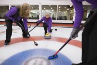 Senior women curling 11096048305| 写真素材・ストックフォト・画像・イラスト素材|アマナイメージズ