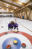 Senior women curling 11096048309| 写真素材・ストックフォト・画像・イラスト素材|アマナイメージズ