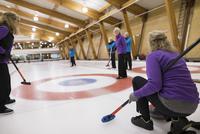 Senior adults curling 11096048312| 写真素材・ストックフォト・画像・イラスト素材|アマナイメージズ