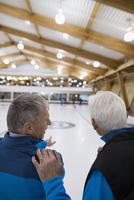 Senior men talking at curling club 11096048317| 写真素材・ストックフォト・画像・イラスト素材|アマナイメージズ