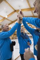Senior men high-fiving at curling club 11096048324| 写真素材・ストックフォト・画像・イラスト素材|アマナイメージズ