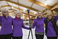 Portrait smiling senior women curling 11096048344| 写真素材・ストックフォト・画像・イラスト素材|アマナイメージズ