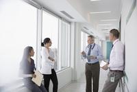 Doctors and nurse consulting in clinic corridor 11096048371| 写真素材・ストックフォト・画像・イラスト素材|アマナイメージズ