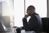 Male lawyer using laptop in office 11096048726| 写真素材・ストックフォト・画像・イラスト素材|アマナイメージズ
