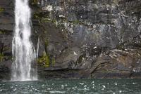 Waterfall against mossy rocks 11096048751| 写真素材・ストックフォト・画像・イラスト素材|アマナイメージズ