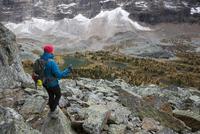 Hiker looking at scenic mountain view, Lake O 11096048762| 写真素材・ストックフォト・画像・イラスト素材|アマナイメージズ