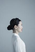 Profile portrait Asian mature woman with black braided hair bun looking away 11096048976  写真素材・ストックフォト・画像・イラスト素材 アマナイメージズ