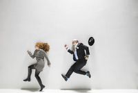 Businessman chasing businesswoman against white background 11096049073  写真素材・ストックフォト・画像・イラスト素材 アマナイメージズ