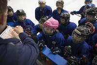Boys and girl ice hockey players watching coach with clipboard on ice hockey rink 11096050526| 写真素材・ストックフォト・画像・イラスト素材|アマナイメージズ