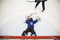 Boy ice hockey player goalie falling on ice guarding net 11096050534| 写真素材・ストックフォト・画像・イラスト素材|アマナイメージズ