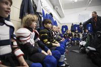 Boy ice hockey players listening to coach in locker room 11096050584| 写真素材・ストックフォト・画像・イラスト素材|アマナイメージズ