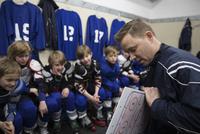 Boy ice hockey players listening to coach explaining game plan in locker room 11096050593| 写真素材・ストックフォト・画像・イラスト素材|アマナイメージズ
