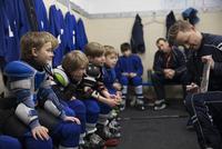 Boy ice hockey players listening to coach explaining game plan in locker room 11096050594| 写真素材・ストックフォト・画像・イラスト素材|アマナイメージズ