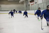 Boy ice hockey players practicing on ice hockey rink 11096050615| 写真素材・ストックフォト・画像・イラスト素材|アマナイメージズ