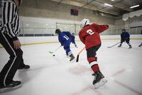 Boy ice hockey players playing on ice hockey rink 11096050634| 写真素材・ストックフォト・画像・イラスト素材|アマナイメージズ