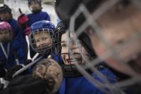 Smiling boy and girl ice hockey players 11096050653| 写真素材・ストックフォト・画像・イラスト素材|アマナイメージズ