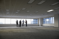 Contractor and architects talking in unfinished, empty urban open plan office 11096051041| 写真素材・ストックフォト・画像・イラスト素材|アマナイメージズ