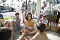 Brothers and sister eating ice cream cone on summer beach house porch 11096051152| 写真素材・ストックフォト・画像・イラスト素材|アマナイメージズ