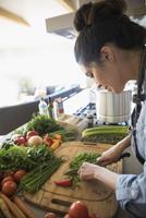 Latina woman cutting vegetables in kitchen 11096051641  写真素材・ストックフォト・画像・イラスト素材 アマナイメージズ