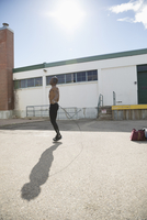 Bare chested fit man jumping rope in sunny parking lot 11096053148| 写真素材・ストックフォト・画像・イラスト素材|アマナイメージズ