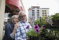 Senior couple shopping for flowers at urban storefront sidewalk 11096053529  写真素材・ストックフォト・画像・イラスト素材 アマナイメージズ