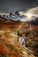 Patagonia in full autumn with mountains peaks in background 11098011045| 写真素材・ストックフォト・画像・イラスト素材|アマナイメージズ