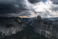 Moody sky over mountains, Yosemite National park, California, USA 11098016053| 写真素材・ストックフォト・画像・イラスト素材|アマナイメージズ