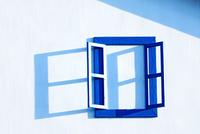 Open window on white wall, Taiwan 11098023515| 写真素材・ストックフォト・画像・イラスト素材|アマナイメージズ