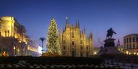 Piazza del Duomo at sunrise, Milan, Lombardy, Italy 11098023718| 写真素材・ストックフォト・画像・イラスト素材|アマナイメージズ