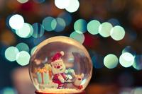 Christmas glass ball with Santa Claus 11098033242| 写真素材・ストックフォト・画像・イラスト素材|アマナイメージズ