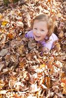 Child in the Leaves 11098065418| 写真素材・ストックフォト・画像・イラスト素材|アマナイメージズ